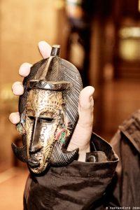 Zoli kezében a dogon maszk - Fotó: Vadászi Zoltán